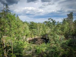 Alter Steinbruch mit Kratersee