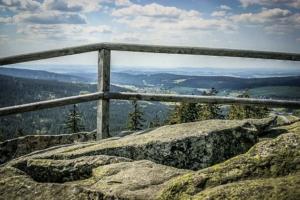 Blick über das Geländer am Haberstein
