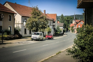 An der Hauptstraße in Weißenbrunn entlang