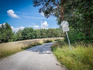 Auf mittlerem Weg an Schild vorbei