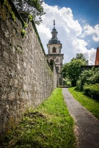 An der Mauer entlang