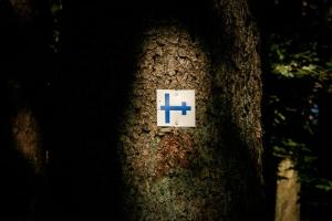 Wegweiser blaues Doppelkreuz