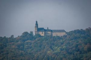 Blick hoch zu Kloster Banz