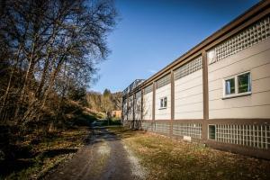 An alter Fabrik entlang