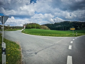 Geteerter Weg Richtung Strahlenfels