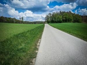 Befestigter Weg durchs weite Tal
