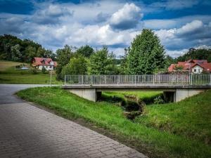 Über Brücke in den Ambros-Gehring-Weg