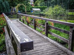Über Holzbrücke am Sportplatz vorbei