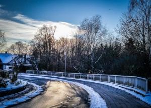 Straße deutlicher Linksbogen