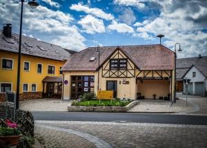 In der Ortsmitte von Körbeldorf