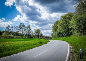 An Landstraße entlang