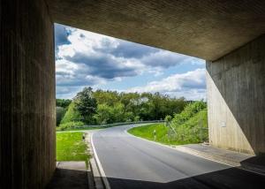 Unter Autobahn hindurch