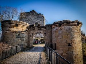 Das massive Tor der Ruine Altenstein