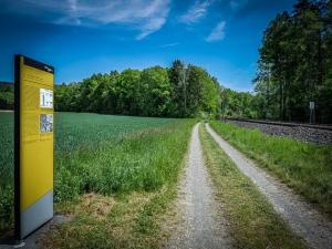 Gelbe Stele Bahnwanderweg