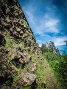 Beeindruckende hohe Bahndamm-Wand