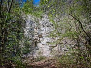 Trampelpfad zu Steinbruch
