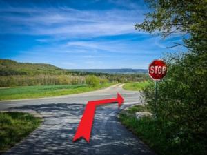 Am STOP-Schild nach rechts abbiegen