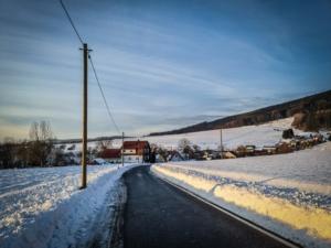 Auf der schmalen Landstraße nach rechts abbiegen