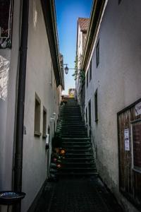Auf schmalem Treppensteig hoch