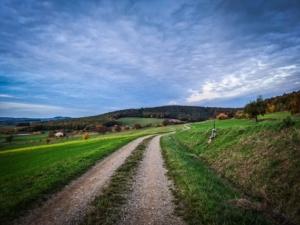 Weg mit Ausblick am Hang entlang