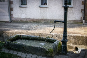 Startpunkt an kleinem Brunnen in Unterküps