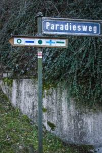 Wegweiser grüner Kreis an Straßenschild