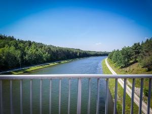 Blick von einer Brücke auf den Main-Donau-Kanal