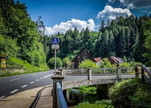 Straßenabzweigung vor der Schüttersmühle