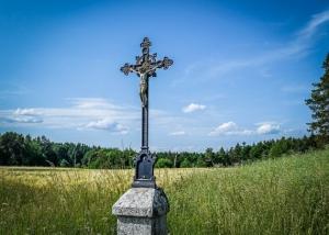 An Metall-Kruzifix vorbei