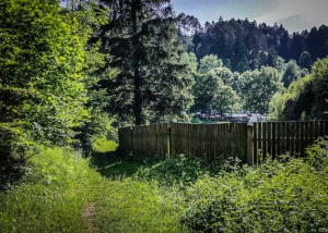 Am Zaun des Felsenbads bei Pottenstein wandern