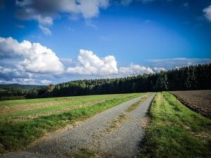 Schotterweg über Hochebene