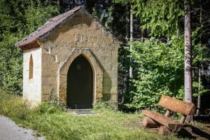 An kleiner Kapelle vorbei