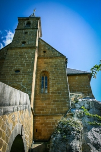 Blick an der Gügel Kirche empor