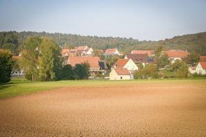 Blick übers Feld Richtung Dorf