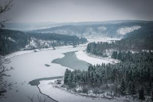 Ausblick auf die Saaletalsperre im Winter