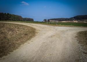 Breite Schotterweg Abzweigung