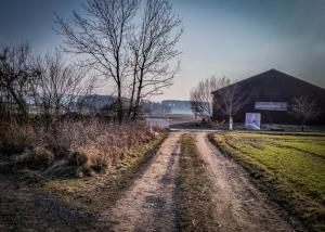 An landwirtschaftlicher Halle vorbei