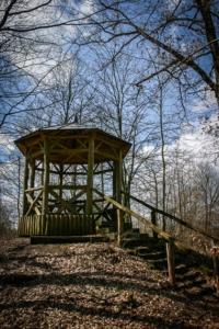 Holzpavillon im Wald