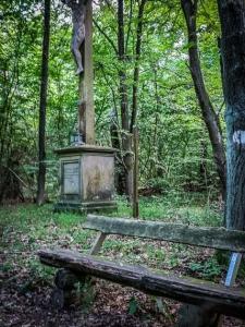 Steinernes Kruzifix im Wald