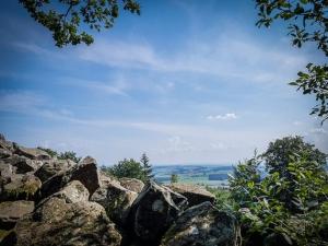 Blick über das Basaltgestein hinweg