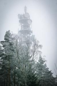 Sendeturm bzw. Antennenmast auf dem Tannenberg im Wald