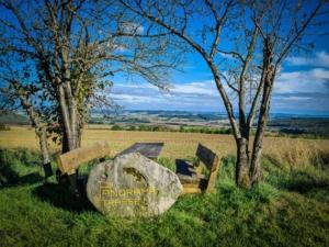 Sitzgruppe mit Aussicht und Flurbereinigungs-Stein