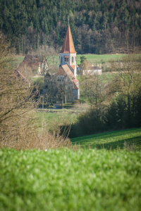 Kirchturm unten im Tal