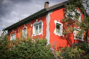 Schönes rotes Haus in Brandholz