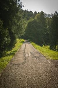 Schmale Straße in Richtung Silberrose