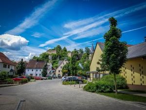In Hartenstein an Kirche und Goldenes Lamm vorbei