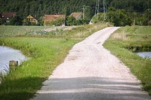 Weg zwischen zwei Weihern