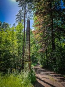 Obelisk im Wald