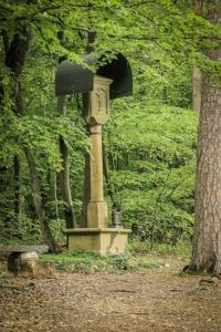 Kruzifix-Standbild mit Holzbänken