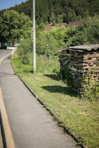Der kleinen Straße folgen